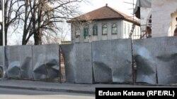 Oštećena ograda ispred Ferhadije