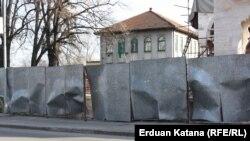 Vandalizam na ogradi oko Ferhadije u Banjoj Luci