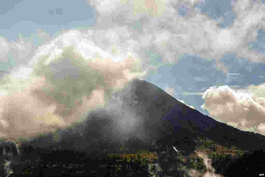Ash spews from the Turrialba volcano in Cartago Province, Costa Rica. (AFP/Ezequiel Becerra)