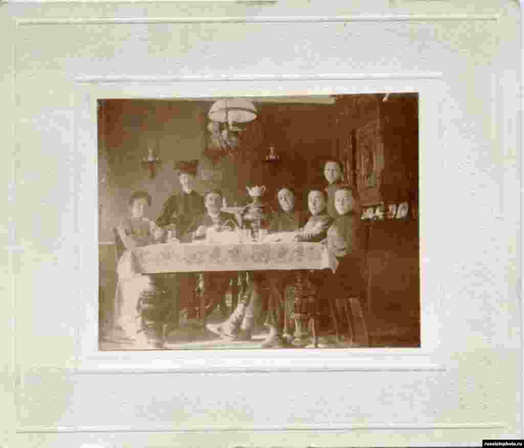 Групповой портрет за обеденным столом, 1890 год
