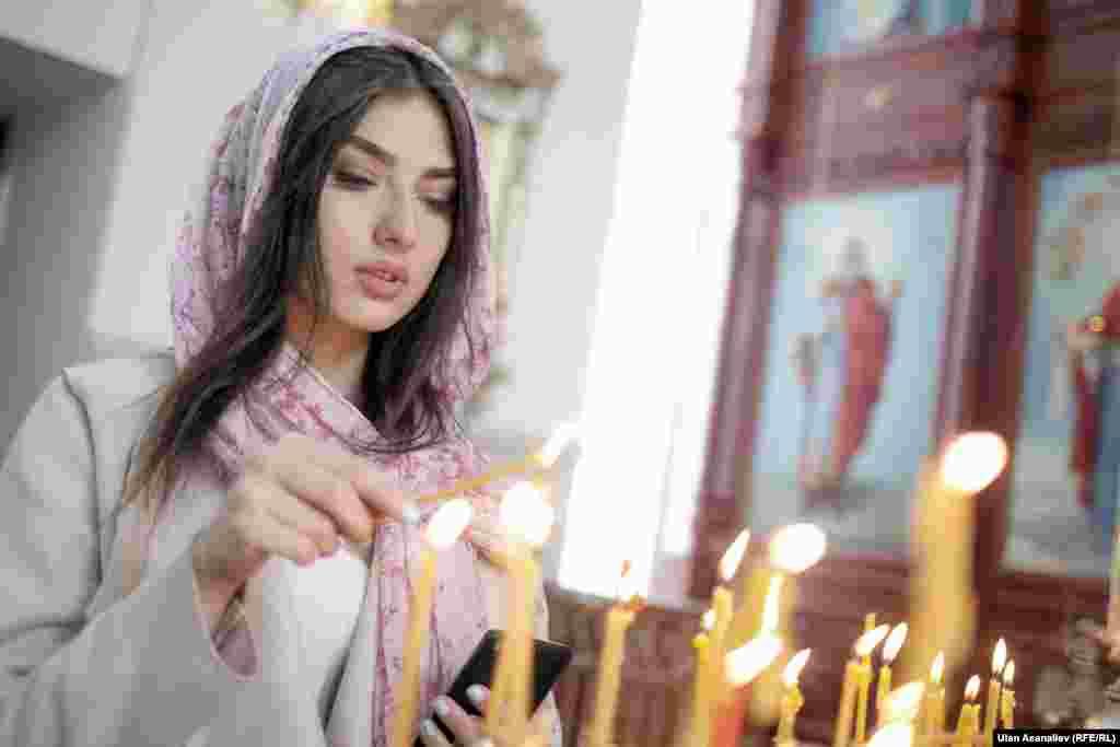 Прихожанка во время пасхальной службы в храме в Бишкеке.
