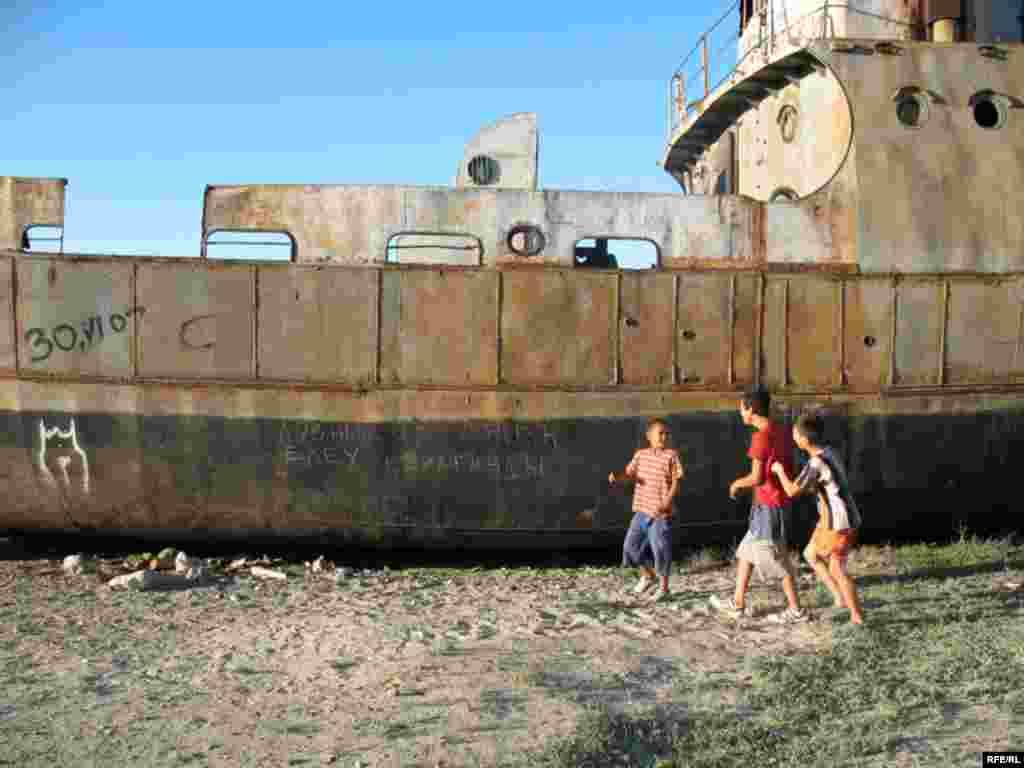 На месте Аральского моря выросло уже не одно поколение детей. - На месте Аральского моря выросло уже не одно поколение детей.