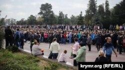 Траурний мітинг за загиблими в політехнічному коледжі в Керчі