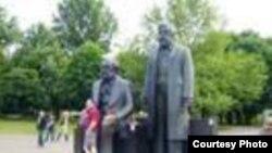 Sculptură la Berlin: Marx și Engels (Foto. W. Totok)