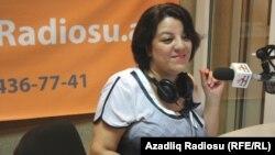 AzadlıqRadiosunun əməkdaşı Şahnaz Bəylərqızı radionun bakı studiyasında.