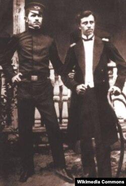 Üzeyir Hacıbəyov (sağda) və qardaşı Ceyhun Hacıbəyov (solda) gənclik illərində.