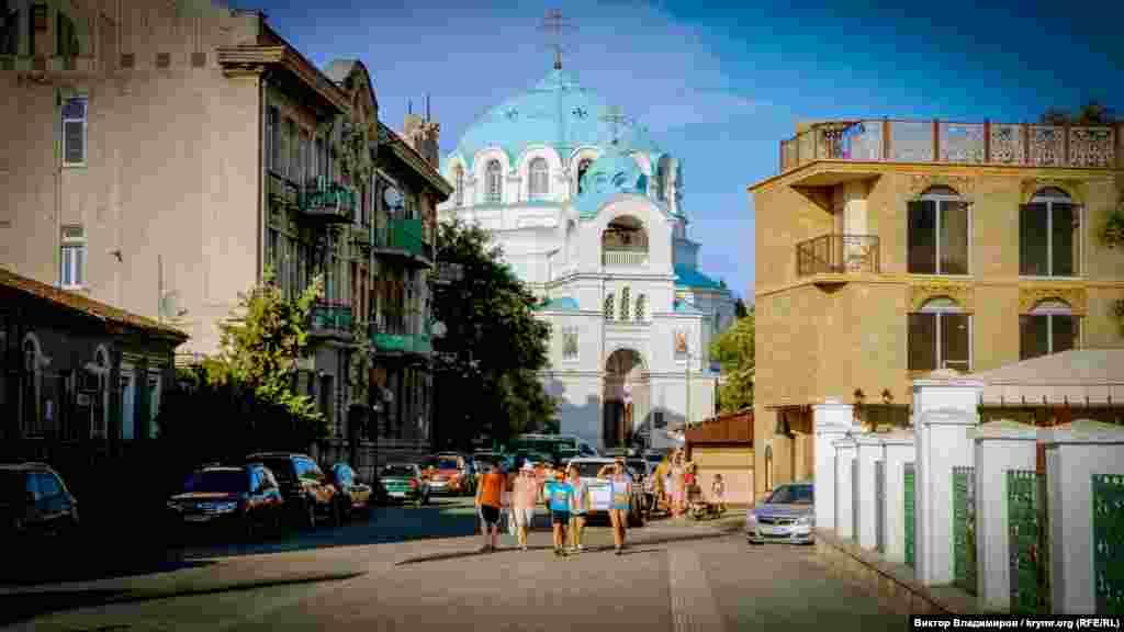 Евпатория, Свято-Николаевский собор. Он появился в конце 19 века на месте обветшалой церкви Святого Николая Мирликийского. Примечательно, что христианскую и мусульманскую святыни в Евпатории разделяет без малого 200 метров
