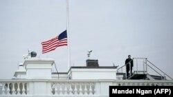 ԱՄՆ - Սպիտակ տան դրոշը նախագահ Դոնալդ Թրամփի հրամանով իջեցվել է՝ ի հիշատակ Ֆլորիդայի ողբերգության զոհերի, Վաշինգտոն, 15-ը փետրվարի, 2018թ.