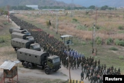Венесуэльские солдаты, верные режиму Мадуро, блокируют границу с Колумбией