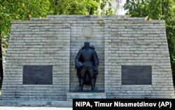 Пам'ятник «Бронзовий солдат» – монумент невідомому солдату (солдатам армії СРСР, які загинули в Другій світовій війні) – на той час ще у центрі столиці Естонії, звідки його у 2007 році перенесли на Військовий цвинтар. Таллінн, 23 липня 2006 року