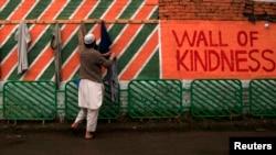 Pakistan, Rehimdarlyk diwaryndan geýim alýan adam