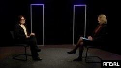 Ambasadoarea britanică Lucy Joyce în studioul Europei Libere intervievată de Lina Grâu