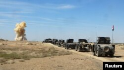 Kolona e makinave ushtarake të Irakut duke lëvizur kah qyteti Hit