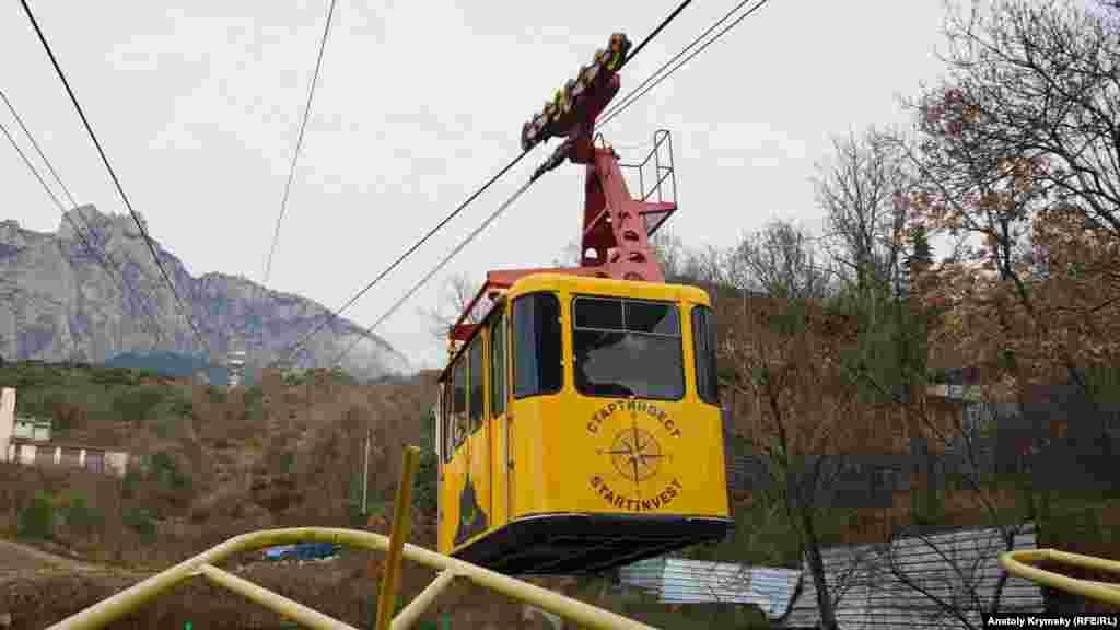 В этом вагоне помещается свыше 30 пассажиров. Подъем на плато с пересадкой на средней станции «Сосновый бор» занимает около 15 минут
