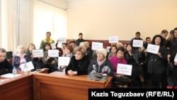 Журналисты и гражданские активисты на процессе, где рассматривается апелляция редакции ADAM bol на закрытие журнала. Алматы, 26 февраля 2015 года.