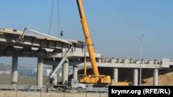 Спорудження естакади в районі автоподходу до Керченського мосту, квітень 2018 року