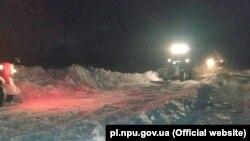 Через снігопади сотні машин застрягли у заторах