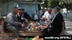 Сидящие в чайхане узбекские аксакалы. Иллюстративное фото.