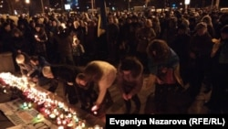 Украинцы вышли на улицы, чтобы почтить память жертв обстрела Мариуполя. 25 января 2015 года.