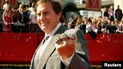 New England Patriots такымы җитәкчесе Билл Беличик үзенең Супер касә йөзеген күрсәтә. 2005