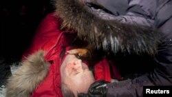 Кандидат в президенты от оппозиции Владимир Некляев лежит на земле, избитый полицией. Минск, 19 декабря 2010 года.