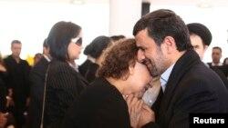 عکس همدردی احمدینژاد با مادر چاوز، سعی دارد چهرهای نافی محرمات شرعی از احمدینژاد بسازد.