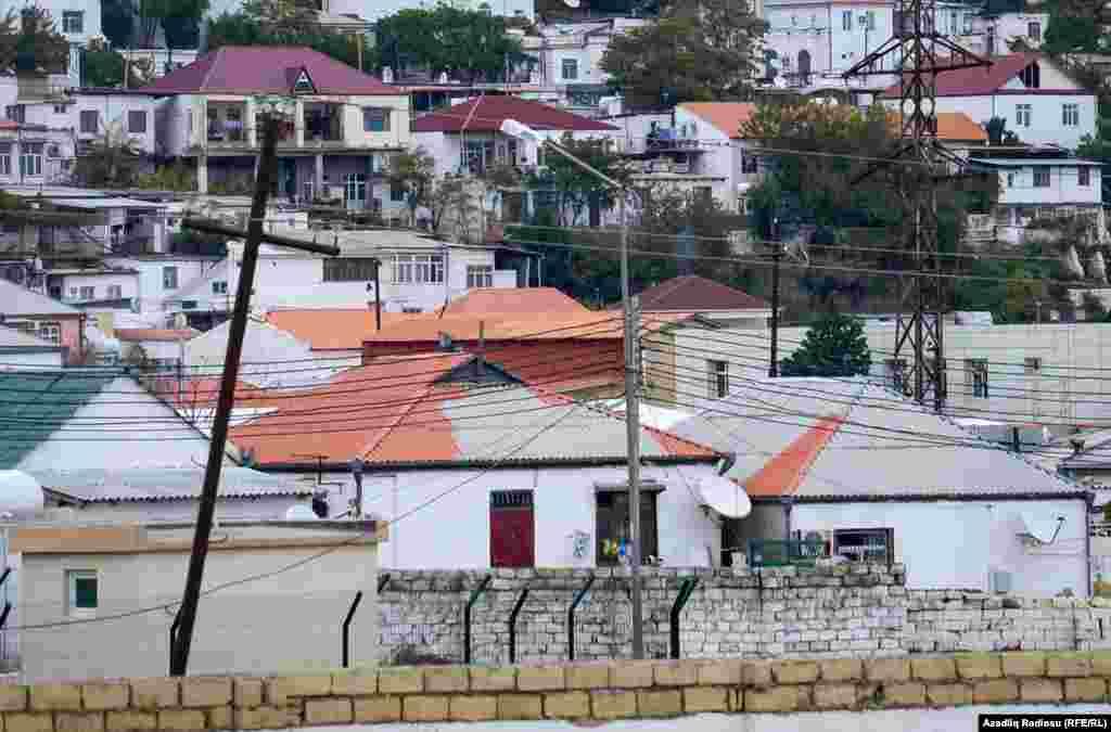 Evlərin arasında tam boyanmamış damlar da gözə çarpır.