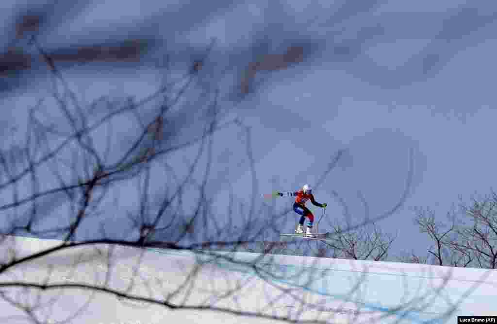 Горные лыжи: Невена Игнатович из Сербии на женском спуске