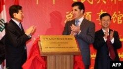 نائب وزير الخارجية الصيني جانغ مينغ (يسار) ورئيس حكومة الاقليم نيجيرفان بارزاني في إفتتاح قنصلية الصين العامة بأربيل
