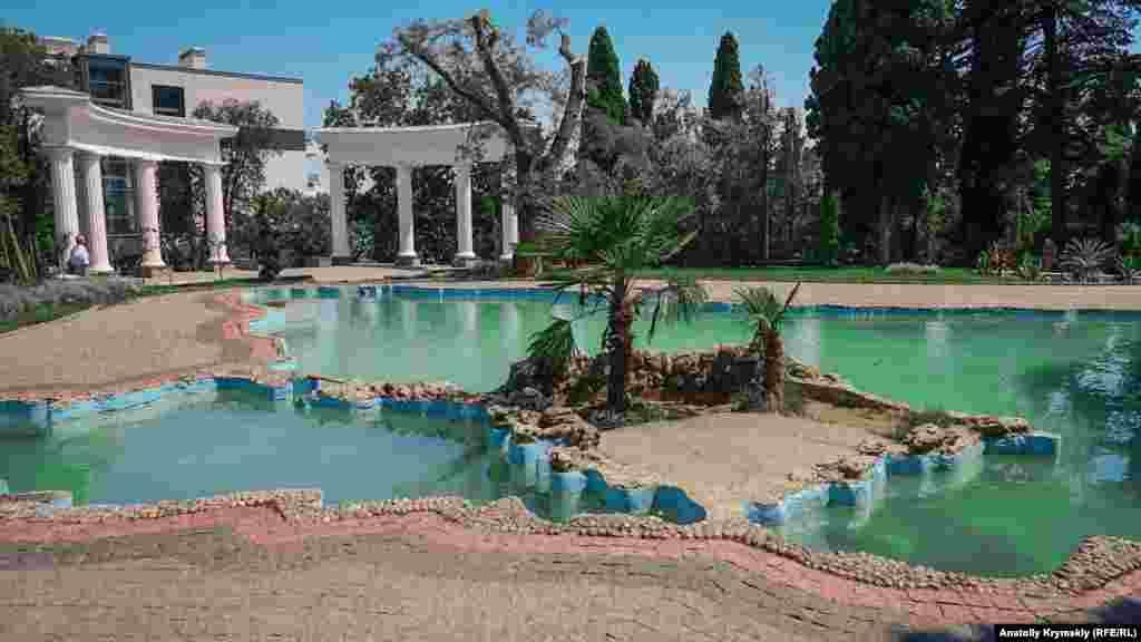 Декоративный бассейн в западной части парка сделан в форме Черного моря с Крымским полуостровом посредине