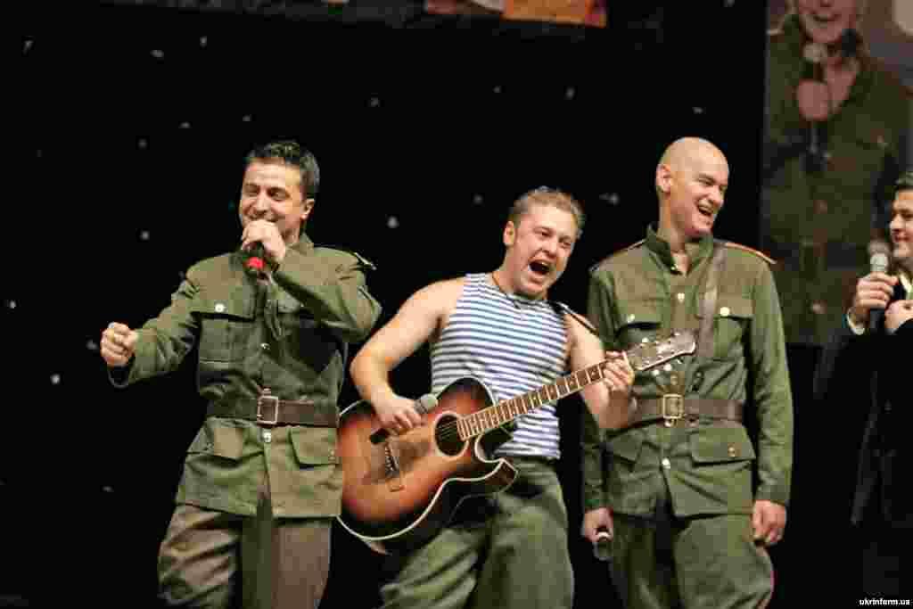 """Зеленский начинал карьеру в популярной команде КВН """"95-й квартал"""". Этот снимок сделан в Донецке 19 декабря 2006 года"""