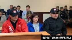 Саина Раисова в сопровождении представителей движения URAN в суде. Нур-Султан, 17 сентября 2019 года.