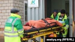 Дәрігерлердің талып қалған оқушыны Березовка ауылы амбулаториясына әкелген сәті. Батыс Қазақстан облысы, 4 желтоқсан 2014 жыл.