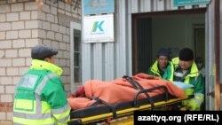 Ребенка с симптомами отравления доставляют в сельскую амбулаторию в Березовке. Западно-Казахстанская область, 4 декабря 2014 года.