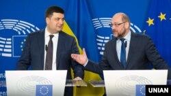 Голова Верховної Ради України Володимир Гройсман (ліворуч) та президент Європейського парламенту Мартін Шульц під час брифінгу в Брюсселі. 29 лютого 2016 року