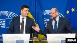 Володимир Гройсман (л) і Мартін Шульц (п) на прес-конференції в Європейському парламенті, Брюссель, 29 лютого 2016 року