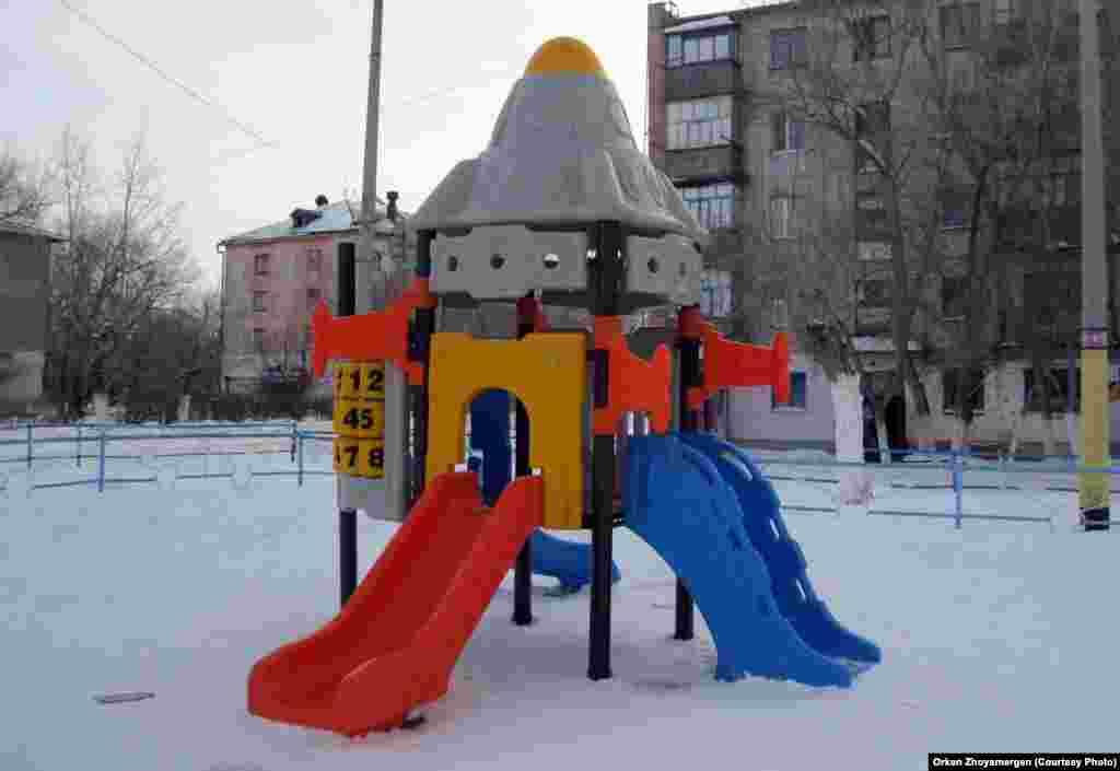 Детская площадка во дворе.