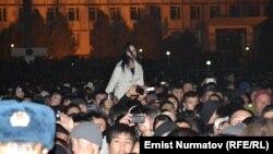 """Жаштар салтанаты дароо эле марафон менен коштолуп, айрым уландар <a href=""""http://www.azattyk.org/content/kyrgyzstan_osh_local_parliament/25168383.html"""" target=""""_blank"""">асма көпүрөнүн курулушу үчүн</a> акча, кыз-келиндер шакек, сөйкө жана башка алтын-күмүш зер жасалгаларын ташташты."""