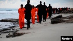 İŞİD insanları edam edir.