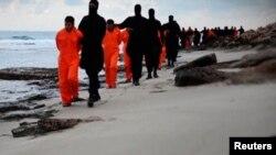 """Ислам мемлекеті"""" ұйымы содырларының Египет христиандарының басын алғаны жайлы видеодан үзінді. (Көрнекі сурет)."""