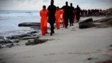 ملثمون يقتادون مصريين اقباط الى موقع الذبح