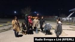 Familjarët duke pritur të premten në orët e vona të mbrëmjes para Aeroportit Ndërkombëtar në Prishtinë.