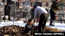 Подготовка к захоронению на городском кладбище в Бишкеке. Иллюстративное фото.