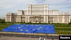 Еуропа Одағы күні құрметіне Румыния парламенті алдында жайылған Еуропа Одағының туы. Бухарест, 9 мамыр 2013 жыл. (Көрнекі сурет)