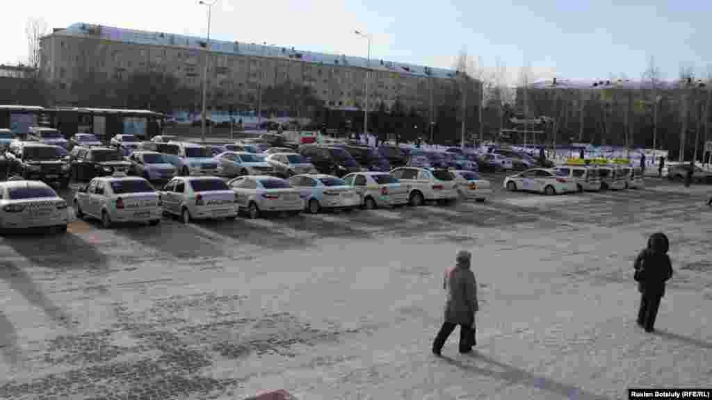 На платкой парковке предусмотрены места для 250 автомобилей. Примерно 100 могут поместиться на бесплатной стоянке перед вокзалом.