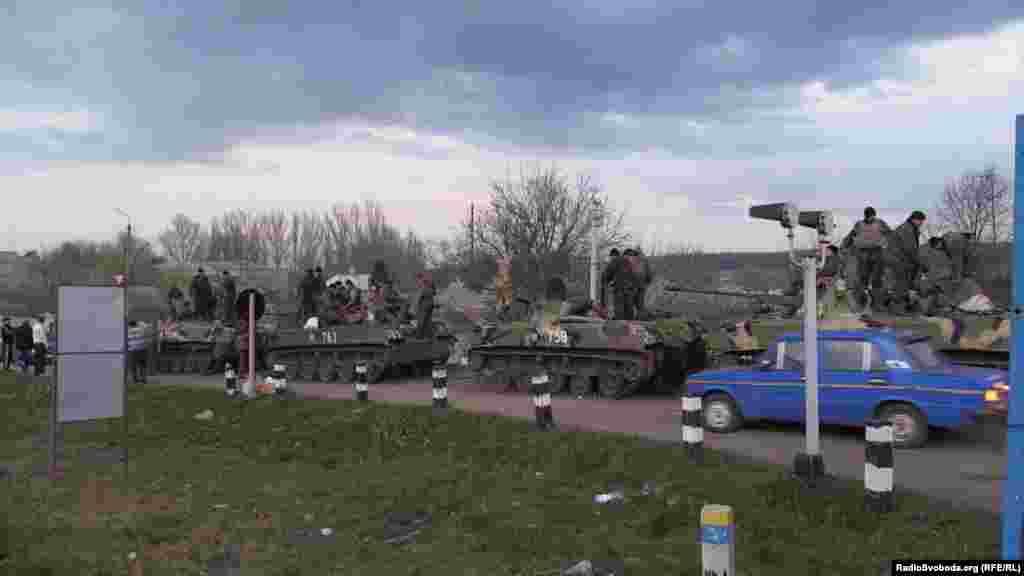 На колоні бронетехніки – українські військові