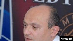 «Ժառանգության» խորհրդարանական խմբակցության ղեկավար Ստեփան Սաֆարյանը մամուլի ասուլիսում:
