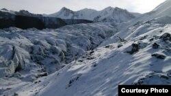 Ледник Давыдова трещит и ползет под тяжестью отвалов с рудника. Фото Михаила Караванова