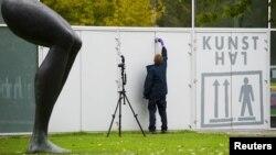 Полиция қызметкері өнер туындылары қолды болған Кунстхал галереясында тексеру жүргізіп жатыр. Роттердам, 16 қазан 2012 жыл.