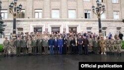 Եռատոնի կապակցությամբ ԼՂ նախագահը պարգևատրում է մի խումբ զինծառայողների, 8-ը մայիսի, 2016թ.